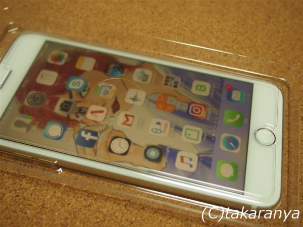 ケースにフィルムを入れて、iPhone7 plusの上にかぶせるだけで位置決めOK